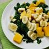 Egzotična salata sa mangom, bananom, keljom i kokosom