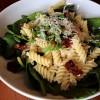 Salata od testenine, spanaća i sušenog paradajza