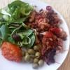 Musaka uz salatu, masline i ajvar