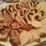 Rolat od svinjskog karea sa suvim šljivama i bademima