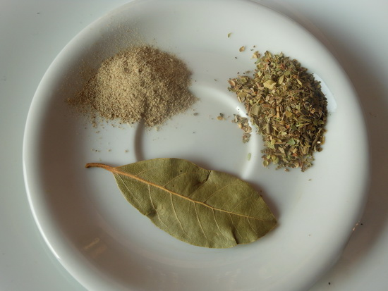 Biber, lovorov list i origano