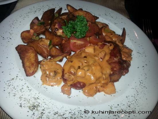 Piletina u crvenom sosu