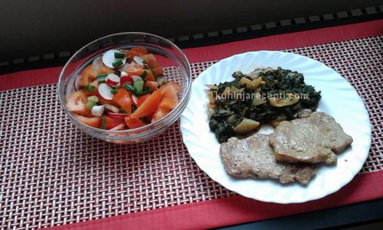 Krmenadle s dinstanim povrćem i salatom