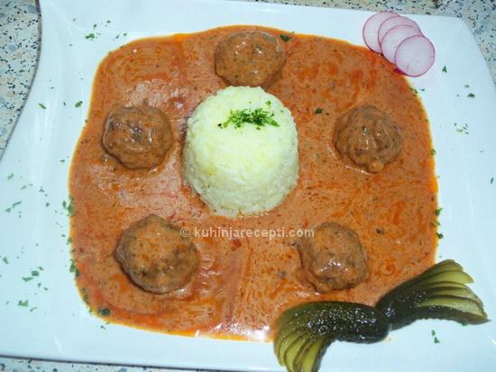 Cufte s rižom punjene mocarelom u paradajz sosu