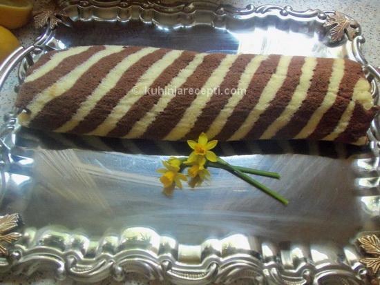 Slatki sareni rolat s bananom