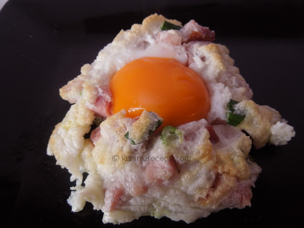 Jaja u gnezdu od slanine i mladog luka