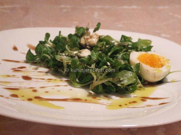 Salata od matovilca sa feta sirom i sirupom od nara
