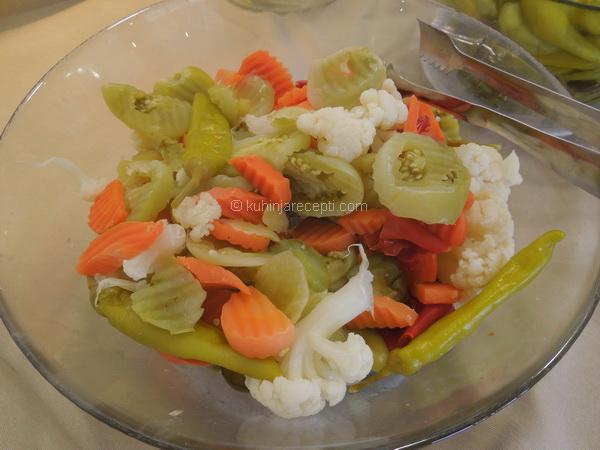Iseckano povrće u turšiji s medom