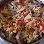 Makaroni s kukuruzom, maslinama i paprikom