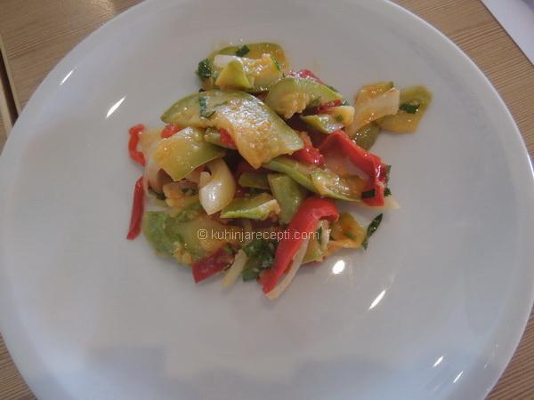 Salata od tikvica, paprike i luka