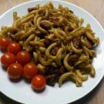 Integralna testenina sa kobasicom i čeri paradajzom