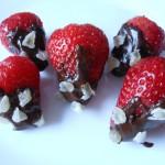 Jagode sa čokoladom i kandiranim voćem