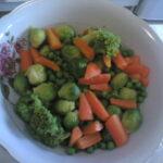 Dinstano povrće sa belim lukom i sirom