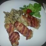 Ćuretina u slanini sa šampinjonima i testeninom