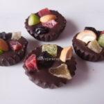 Čokoladne pločice i korpice s kandiranim i suvim voćem