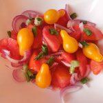Salata s dve sorte paradajza i luka