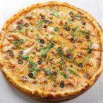 Pica sa slaninom, jajima i maslinama