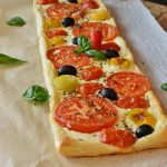 Pravougaona pica s paradajzom i maslinama