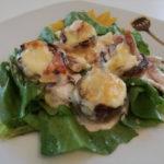 Punjeni šampinjoni na zelenoj salati