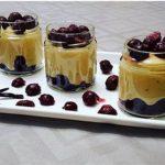 Vocni desert s pudingom i visnjama