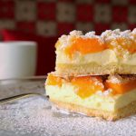 Kremasti kolač s kajsijama i sirom