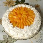 Nepečena torta s breskvama i lešnicima