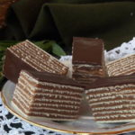 Rozen kolač s filom od čokolade i mlevenog keksa