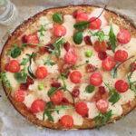 Lažna pizza na podlozi od cvjetače sa suhim ili svježim rajčicama