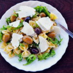 Testenina salata sa sirom, maslinama i rukolom
