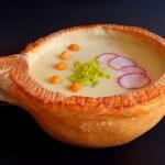Krem juha od karfiola u šalici od kruha